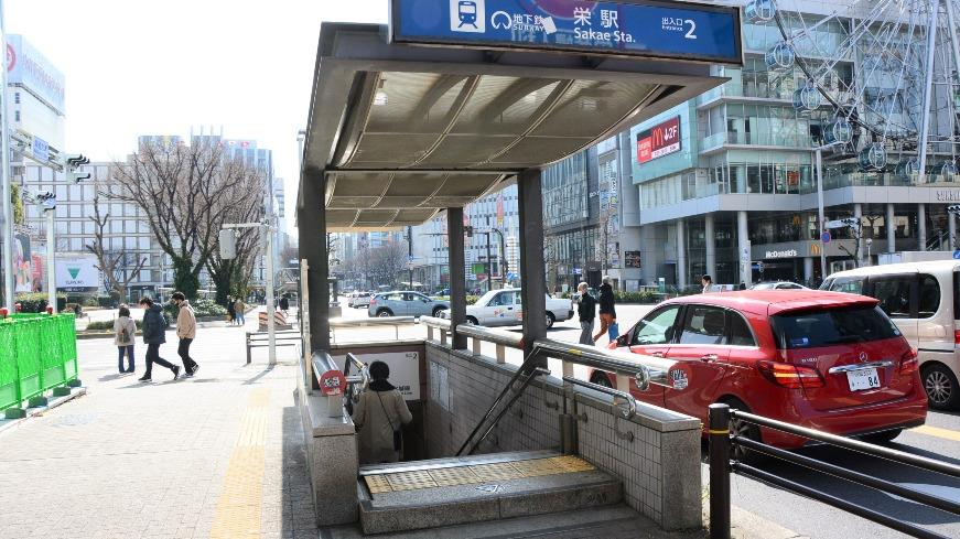 栄駅2番出口から地上へ。