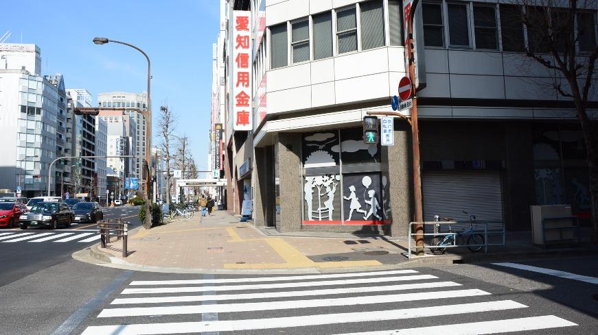 愛知信用金庫がある横断歩道を渡り直進します。
